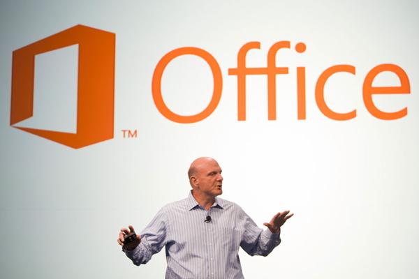 Глава Microsoft Стив Балмер представляет новый Office. (Здесь и ниже фото корпорации.)